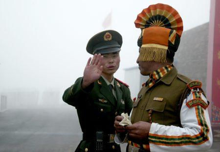 中印對峙局勢升溫,不過有學者認為,很難升級到真正動武。圖為中印兩國的軍人。