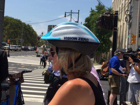 騎城市出租自行車citibike的遊人頭戴「零願景」字樣的頭盔。