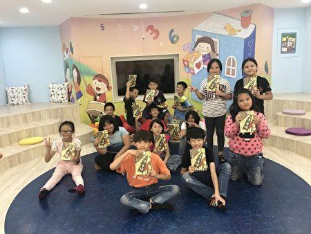 """学生们很喜爱""""爱的书库""""的书籍。(台湾阅读文化基金会提供)"""