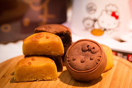 85°C首度研發Hello Kitty月餅禮盒,滑順的蛋黃豆沙一口咬下會爆漿;巧克力流沙芯餡在舌尖散開,散發微苦焦香。(陳柏州/大紀元)
