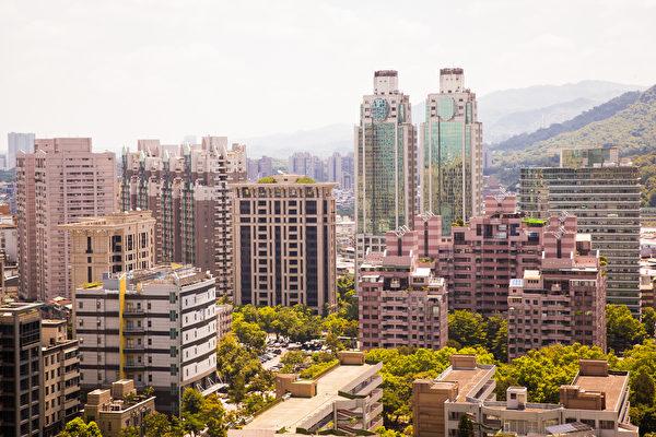 代表北台灣新建案市況的房市風向球,7月終止連續4個月的黃藍燈,亮出「谷底衰退」的藍燈。(陳柏州/大紀元)