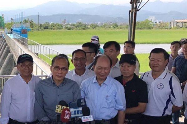 行政院長林全(前排左2)肯定安農溪河川營造成效 。(水利署提供)