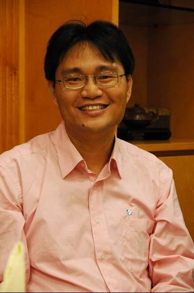 """义守大学企业管理系主任杨东震说,企业必须""""差异化""""才具备市场竞争能力。(杨东震/提供)"""