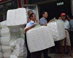 彰化县员林市公所23日将200万个水果套袋发放给农民,以防止鸟食虫咬,并减少农药使用量。(谢五男/大纪元)