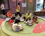 新北市立图书馆江子翠分馆23日举办祖父母节欢庆活动,现场祖孙阅读同乐。(庄丽存/大纪元)