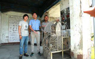 大葉大學助理教授吳旻書(左)、文化局長李志勇與設計師呂秉承在裝置藝術「腦力現場」比例1/10模型前。(曾漢東/大紀元)