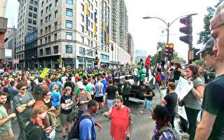 8月19日,波士頓爆發上萬人參加的反對種族主義行徑的遊行示威。抗議遊行隊伍到達波士頓公共公園,擠爆了公園旁的馬路。(黃劍宇/大紀元)