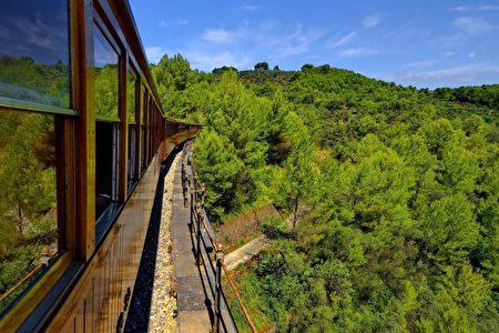 搭乘索列爾小火車看風景(来源:康妮/大纪元)