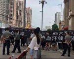 8月26日、27日,湖北荆门市星球商业中心卖女装的百余名商户打横幅维权遭保安、警察镇压。(受访者提供)