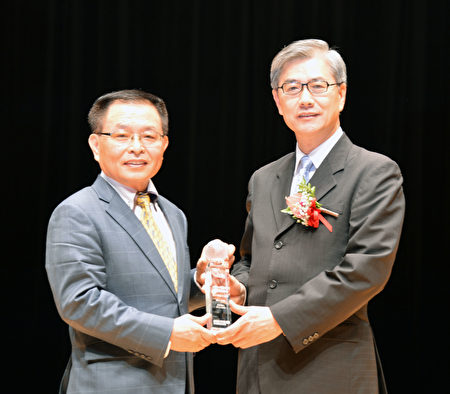 公胜保经董事长蔡文俊(左)从金管会副主委黄天牧(右)手上领取最佳社会责任奖。(公胜保经提供)