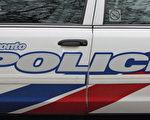 周一晚多伦多警察在Gerrard街夹Logan道试图把一名嫌犯包围时,嫌犯驾车撞向警车后赤足逃走,3名警官轻伤。图文多伦多警察局警车。(Eric Sun/大纪元)