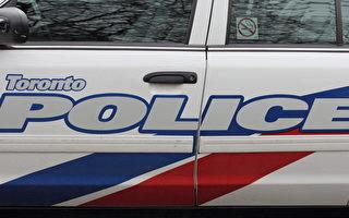 週一晚多倫多警察在Gerrard街夾Logan道試圖把一名嫌犯包圍時,嫌犯駕車撞向警車後赤足逃走,3名警官輕傷。圖文多倫多警察局警車。(Eric Sun/大紀元)