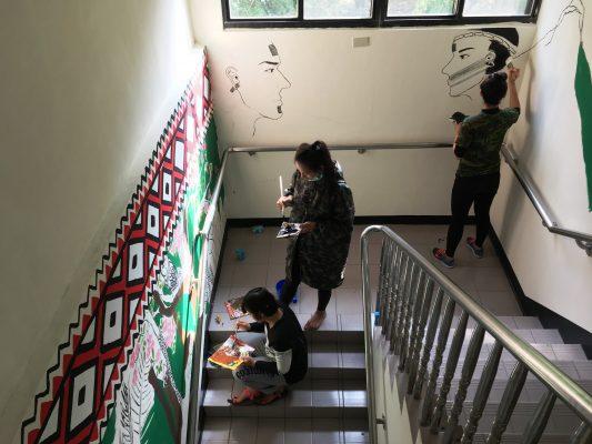 大同鄉南山部落青年藝術家彩繪辦公廳舍,融合原民傳統文化及生態保育。(羅東林管處提供)