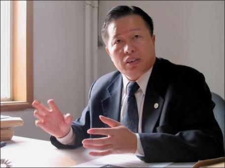 被中共当局软禁中的著名维权律师高智晟,8月13日早晨在陕北家乡窑洞被其家人发现失踪,至今仍下落不明。(大纪元资料图)