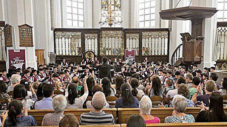 英華小學高級管樂團在荷蘭公開表演。獲現場觀眾讚,熱烈拍掌。(圖片英華小學提供)
