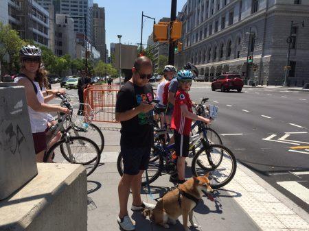 在布碌崙Adams街和Tillary街交口處等紅燈的騎車人。