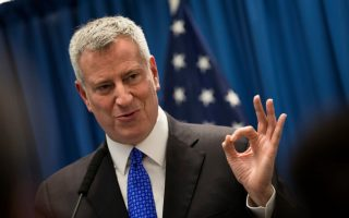 纽约市长白斯豪表示,他准备好与对手展开辩论了。 (Drew Angerer/Getty Images)
