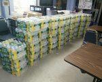 顾雅明再次向爆军团病的法拉盛政府楼——拉提摩花园送去480瓶瓶装水。 (顾雅明办公室提供)