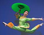 中国古典舞的高难度动作。(戴兵/大纪元)