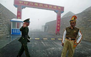 胡錫進被指是江派鐵桿,中印暫停對峙後,他改發示好印方的言論。圖為中印兩國的軍人。 (Getty Images/AFP)