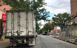 龐然大物的貨車在法拉盛中心區行駛及停泊,給法拉盛繁忙的交通帶來更大壓力。 (林丹/大紀元)