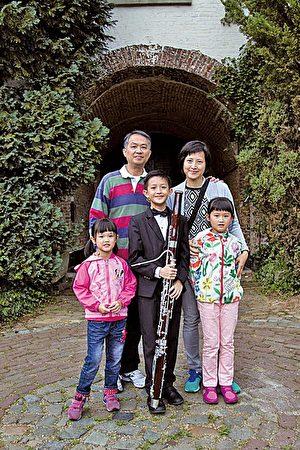 李泓志同學和為他打氣的家人合照。(圖片英華小學提供)