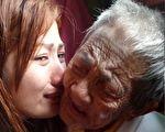 98岁的奶奶衰老到无法自己吃饭、洗澡,孙女心疼她,要做她的手和脚。(Facebook/大纪元合成)