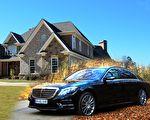 看门人天天为富豪老板开车门,直到老板死后他才知道,原来每天的食物袋是老板为他准备的。(Pixabay/大纪元合成)