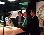 故宮院長林正儀(左2) 8月19日陪同日本大阪市立東洋陶瓷美術館長出川哲朗(右2)巡視伊萬里瓷器特展展廳的展示現況。(故宮南院提供)