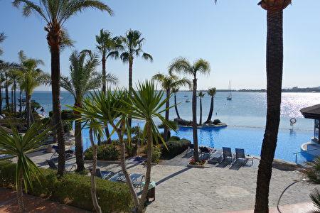Botel Alcudiamar酒店,无边际泳池连着蓝蓝的地中海(来源:康妮/大纪元)