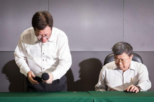 中油董事長陳金德(左)18日在總經理劉晟熙(右)陪同下,出席請辭記者會並對外說明。 (陳柏州/大紀元)