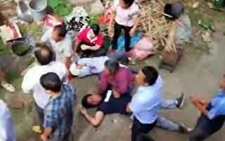 村民被强拆人员打伤倒地。(村民提供)