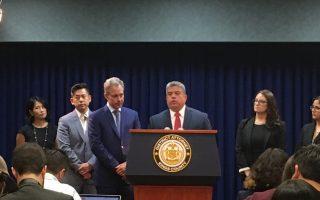 纽约州总检察长史树德(左三)、国王郡地区检察官冈萨雷斯(左四),呼吁移民与海关执法局停止到法庭抓无证客。 (安心/大纪元)