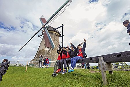偷得半日閒,參觀荷蘭景點。(圖片英華小學提供)