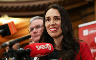 工黨新黨魁嘉欣達•阿丹(Jacinda Ardern),給人的第一印象像個「小可愛」。(Hagen Hopkins/Getty Images)