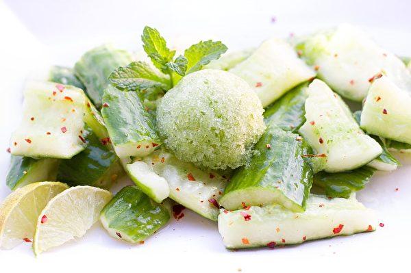凉拌黄瓜的爽脆、酸辣入味,冰镇爽口也开胃。(BernadetteWurzinger/CC/Pixabay)