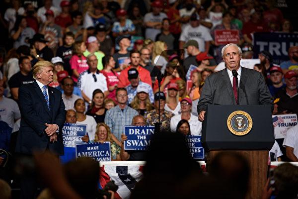 週四(8月3日),美國總統川普前往西維吉尼亞州參加集會,民主黨州長賈斯汀斯(Jim Justice)當晚在川普集會上宣布,他將自己的民主黨立場改變為共和黨。 (Photo by Justin Merriman/Getty Images)