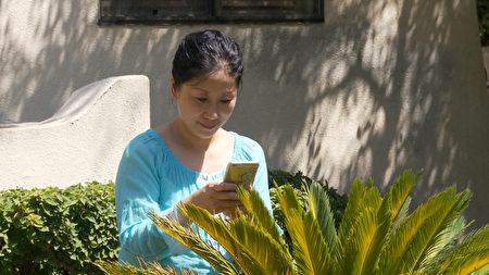 家裡的花園發現了優曇婆羅花,洛杉磯居民董妮感到很榮幸。(楊陽/大紀元)