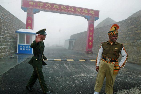 中印對峙局勢升溫,不過有學者認為,很難升級到真正動武。圖為中印兩國的軍人。 (AFP)