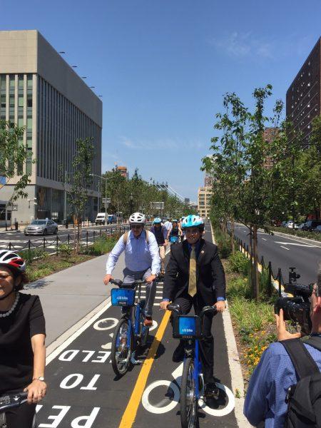 人們在布碌崙橋下新開的自行車專用道上騎車。