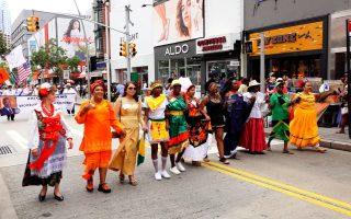纽约布碌崙不同族裔的民众身着民族服装,一路游行到布碌崙区政府。 (安心/大纪元)