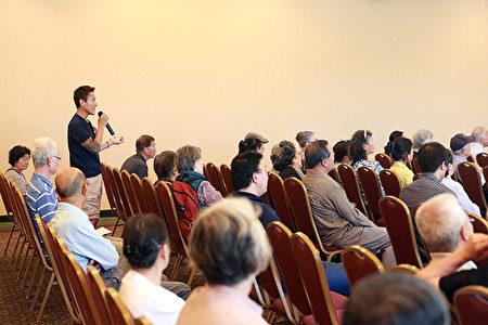 现场观众认真聆听专家讲座,并提出与肺健康有关的问题。(David/大纪元)