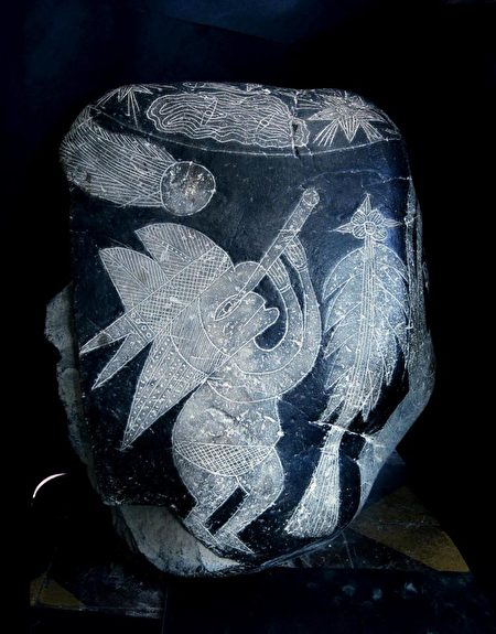 這塊伊卡黑石描繪一個戴頭飾的人正透過望遠鏡觀測彗星。 (Courtesy of Eugenia Cabrera/Museo Cabrera)