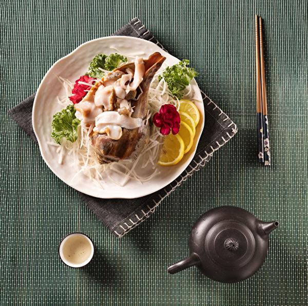 套餐B附带多样配菜,如生海螺。(张学慧/大纪元)