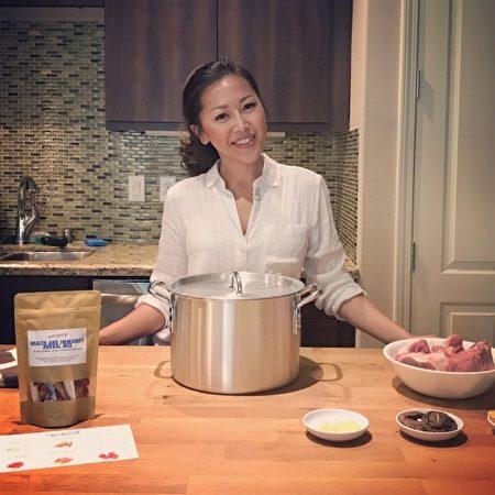 辛迪.麦(Cindy Mai )在厨房工作照。(Photo courtesy of root + spring)