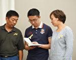 章莹颖父亲章荣高(左)、男友侯霄霖(中)、小姨叶丽钦(右)接过校方赠送的莹颖的日记。(温文清/大纪元)