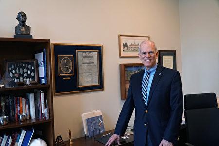 美国独立战争博物馆总裁奎因(Mike Quinn)近日接受了本报记者专访,介绍了博物馆,并且分享了博物馆对亚裔等少数族裔的意义(肖捷/大纪元)