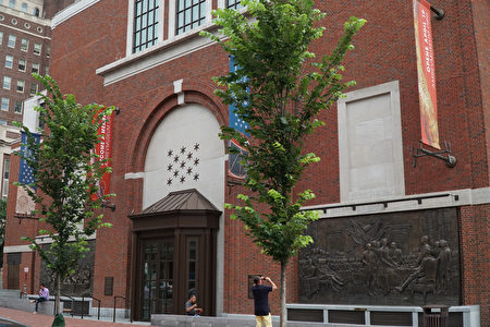 """华裔艺术家赵琼女士(Ellen Qiong Schicktanz)根据百年油画创作了两件青铜浮雕捐赠给美国独立战争博物馆。左侧是""""乔治-华盛顿总统横渡特拉华河"""", 右侧是""""美国独立宣言签名者""""。每件浮雕高3米,宽6米,约1.5吨重。(肖捷/大纪元)"""