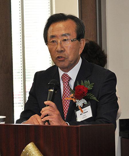 图:First IC 银行董事长Chun先生致辞表示感谢。(乐原/大纪元)