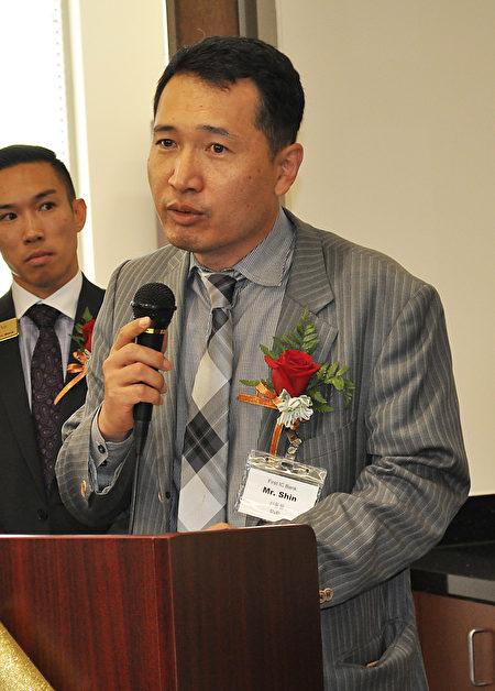 图:银行副总裁及Controller申东源介绍银行的发展。(乐原/大纪元)